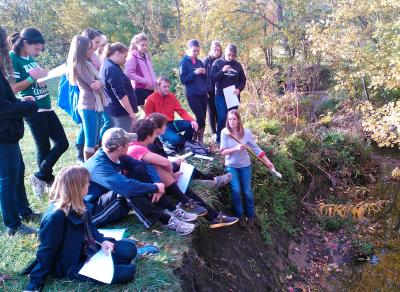 ENST 110 field trip - Discussing methods of measuring stream flow