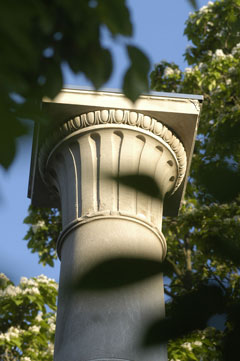 A detailed picture of a pillar on campus